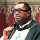 Padre Aparecido Cássio Alves recebe homenagem da Câmara de vereadores